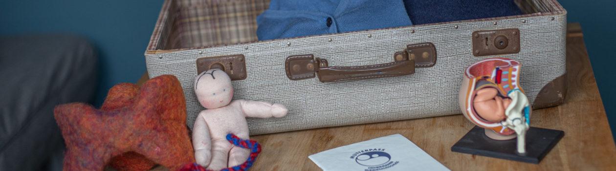 Koffer mit Puppe, Mutterass