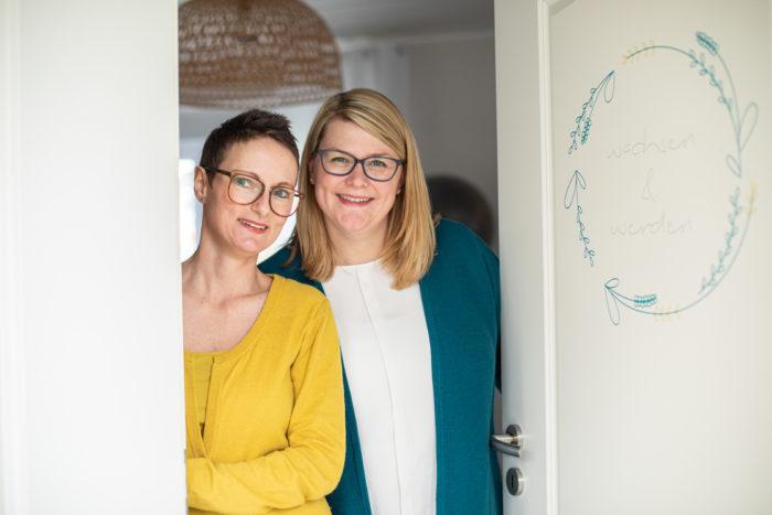 2 Frauen lächeln in die Kamera